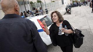 Η μητέρα του δολοφονηθέντος Παύλου Φύσσα, Μάγδα διαμαρτύρεται έξω από τις γυναικείες φυλακές Κορυδαλλού, όπου διεξάγεται η Δίκη της Χρυσής Αυγής