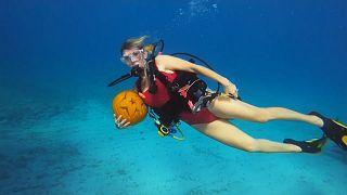 Unterwasser-Kürbisschnitzwettbewerb im Atlantik