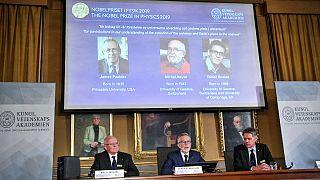 جایزه نوبل فیزیک مشترکاً به جیمز پیبلز، میشل مایور و دیدیه کوئلوز اعطا شد