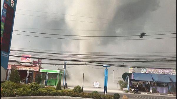 Tayland'da bir anda ortaya çıkan hortum korkuya yol açtı