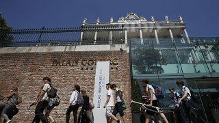 Iskolai osztály halad el Bécsben a Palais Cobourg Hotel előtt