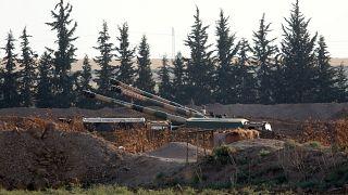 مدافع الهاوتزر التابعة للجيش التركي على الحدود التركية السورية، بالقرب من بلدة أكاكالي الجنوبية الشرقية في مقاطعة سانليورفا بتركيا، في 7 أكتوبر/ تشرين الأول 2019