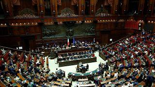 İtalya'da milletvekili ve senatör sayısı üçte bir oranında azaltıldı