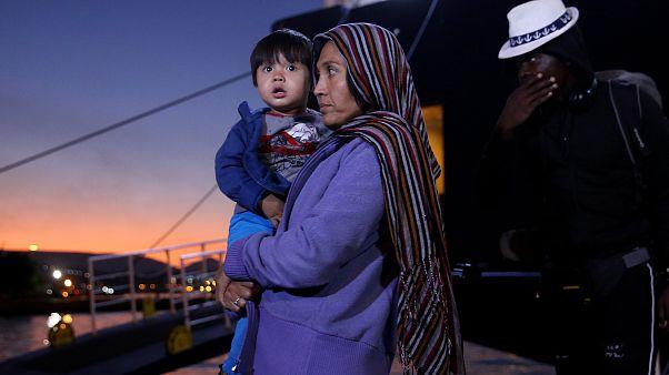 Πρόσφυγες και μετανάστες αποβιβάζονται στον Πειραιά (αρχείου)