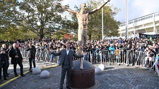 شاهد: كشف الستار عن تمثال لإبراهيموفيتش في مسقط رأسه بالسويد