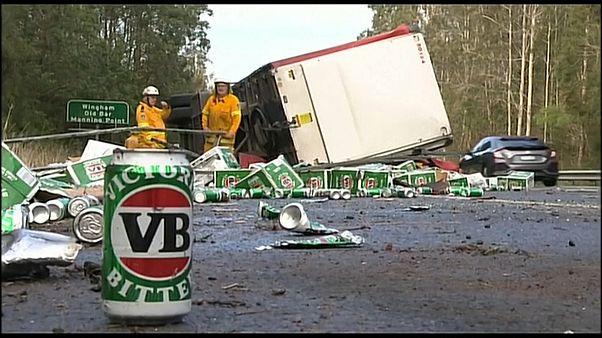 شاهد: انقلاب شاحنة تنقل صناديق بيرة في أستراليا
