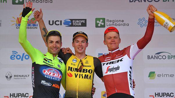 Il podio della Tre Valli Varesine 2019: Visconti, Roglič, Skuijns.
