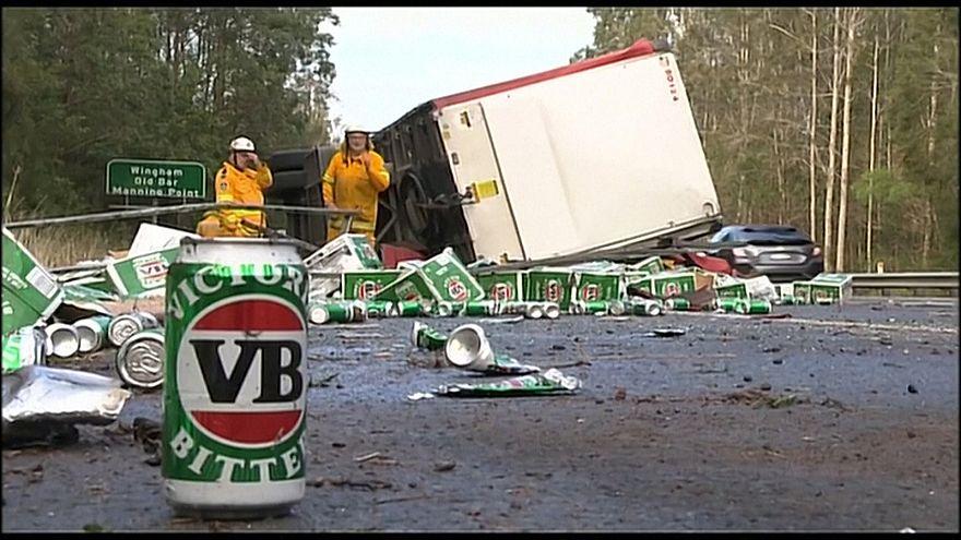 Lastwagen kippt um und verliert Bierlieferung