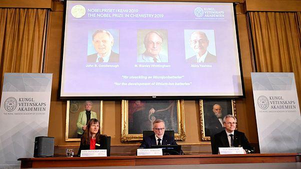 جان گودایناف، استنلی ویتینگهام و آکیرا یوشینو مشترکاً برندۀ نوبل شیمی شدند