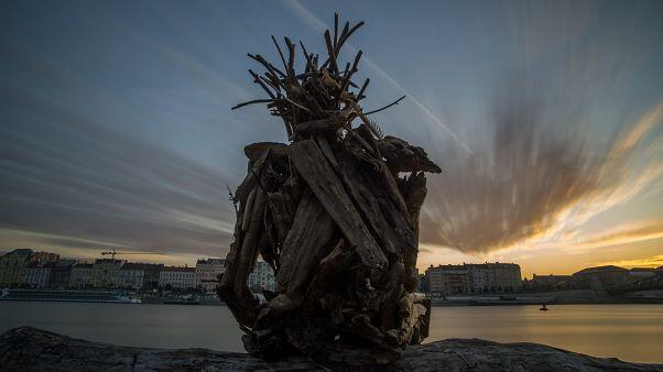 Titokzatos alak üldögél a Duna budai oldalán és figyeli Budapestet
