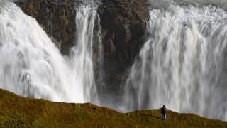 شخص بصدد التقاط صورة سيلفي في منطقة خطيرة حذو شلالات غلفوس في أييسلندا، 16 أيلول/سبتمبر 2019. كريس هلغرين - رويترز