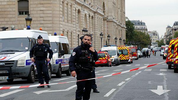 قوات الشرطة الفرنسية أمام أحد مقارها في باريس