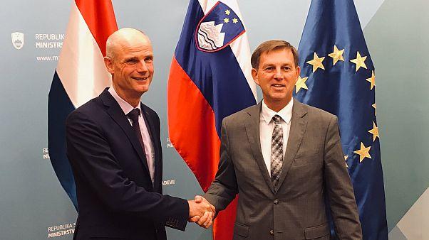 Hollanda Dışişleri Bakanı Blok (solda), Slovenya Dışişleri Bakanı Cerar ile
