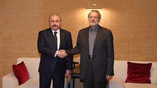 TBMM Başkanı Mustafa Şentop Ağustos ayında Katar'daki toplantıda İran Meclis Başkanı Ali Laricani (sağda) ile görüştü.