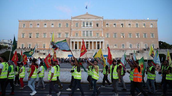 Türkiye'nin operasyonuna karşı çıkan Yunanistan'daki Kürtler meclis önünde yürüyüş düzenledi