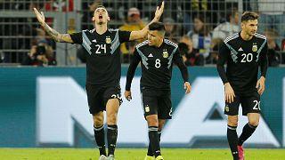 Lucas Ocampos festeggia il gol del 2-2.