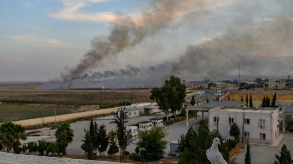 دخان القصف يتصاعد في تل أبيض عند الحدود السورية التركية