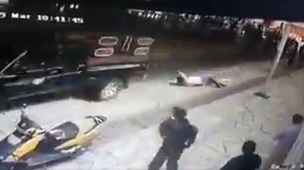 صورة ملتقطة من الفيديو المتداول الذي يظهر سحل المزارعين الغاضبين لرئيس البلدية بسبب عدم الوفاء بوعوده