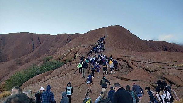 Χιλιάδες άνθρωποι σπεύδουν να αναρριχηθούν στο μονόλιθο Ουλουρού