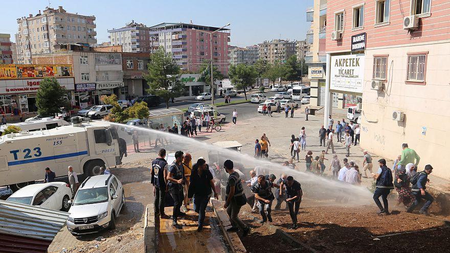الشرطة التركية تطلق خراطينم المياه على متظاهرين لتفريقهم في ديار بكر - 2019/10/10. رويترز