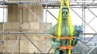 La statua del Vincitore lascia la fortezza di Belgrado