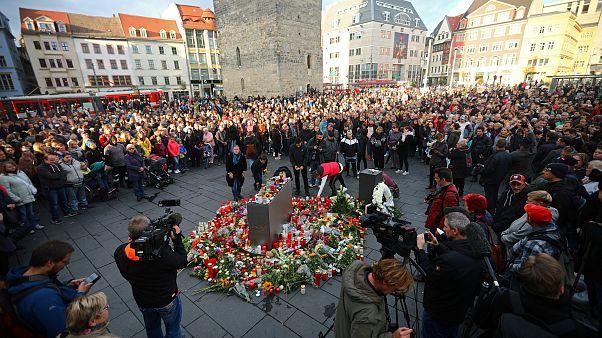 احتشد بعض سكان هاله الألمانية اليوم في مركز المدينة حداداً على القتيلين