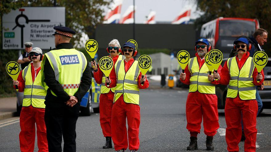 گروه «شورش علیه انقراض» مسیر منتهی به فرودگاه لندن را مسدود کردند
