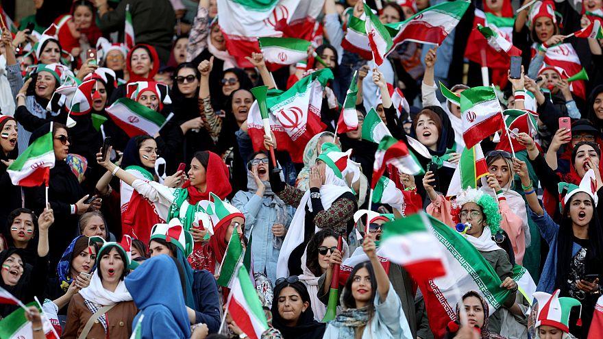 شاهد: إيرانيات في مدرجات ملعب كرة القدم بعد 40 عاما من الغياب