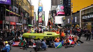Klímatüntetés a New York-i Times Square-en