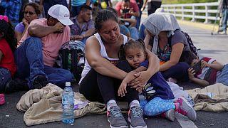 پناهجویان معترض پل مرزی بین آمریکا و مکزیک را مسدود کردند