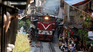 В Ханое закрывают кафе вдоль железнодорожных путей из-за селфи