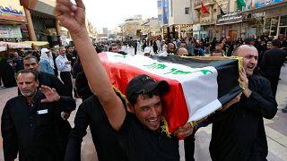رجال عراقيون يحملون نعش أحد المتظاهرين قُتل أثناء الاحتجاجات المناهضة للحكومة، في جنازة في النجف، العراق، 7 أكتوبر / تشرين الأول 2019
