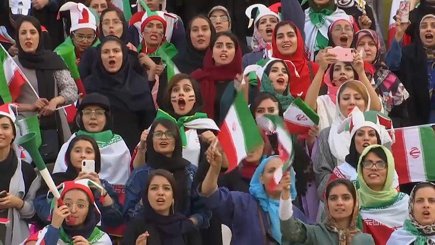 شاهد: احتفال الإيرانيات بحضورهن أول مباراة في ملعب كرة قدم منذ عقود