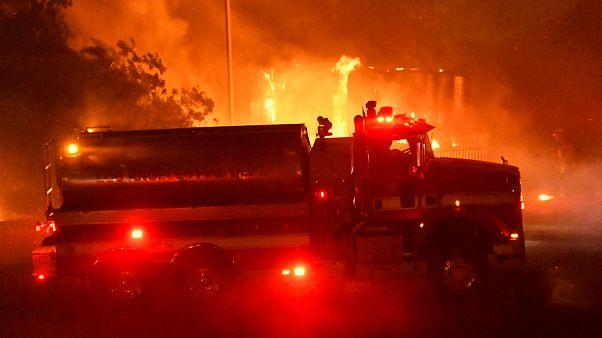 شاهد: كاليفورنيا في ظلام دامس وقطع الكهرباء عن قرابة مليون شخص لمنع اندلاع حرائق الغابات