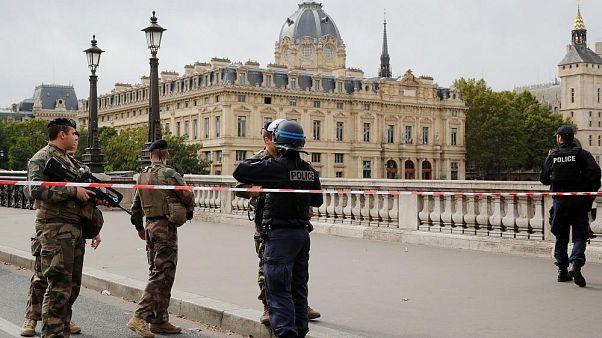 Fransa'da Emniyet Müdürlüğü saldırısı sonrası 'radikalleşme' gerekçesi ile iki polisin silahı alındı