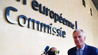 كبير المفاوضين الأوروبيين ميشيل بارنييه أمام مقر المفوضية الأوروبية في بروكسل