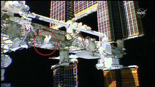 شاهد: رائدا فضاء يستبدلان بطاريات في الهيكل الخارجي لمحطة الفضاء الدولية