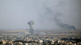 دخان جراء القصف ينبعث من بلدة رأس العين السورية.