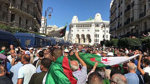 """محتجون جزائريون يعودون إلى الشارع في تحدٍ لـ""""مناخ القمع"""""""