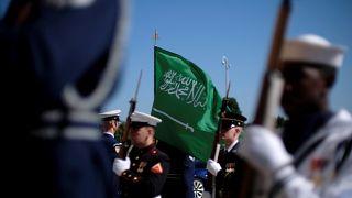 Suudi Arabistan bayrağı ve ABD askerleri