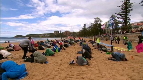 Szó szerint a homokba dugták a fejüket Sydney-ben