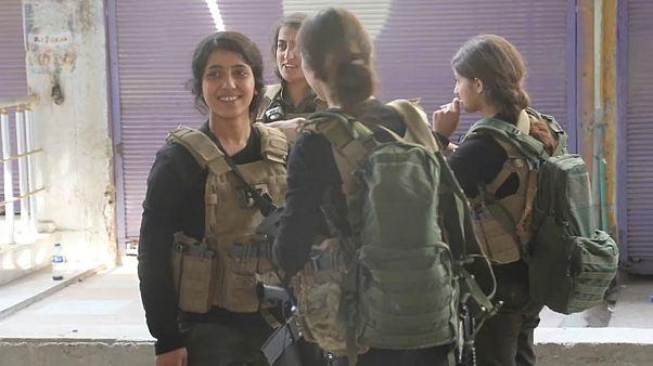 مقاتلات من وحدات حماية الشعب الكردية في رأس العين
