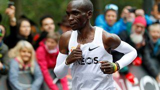 Marathon : Eliud Kipchoge passe sous la barre des deux heures, un record!