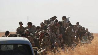 عدد من الجنود والمسلحين المدعومين من تركيا في قرية اليابسة غرب مدينة تل أبيض شمال سوريا