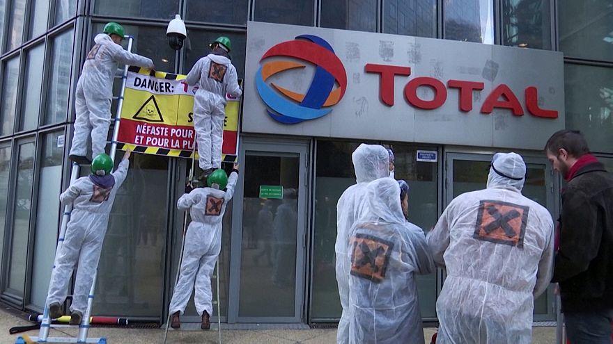 کنشگران زیستبوم دفتر مرکزی توتال را سیاه کردند