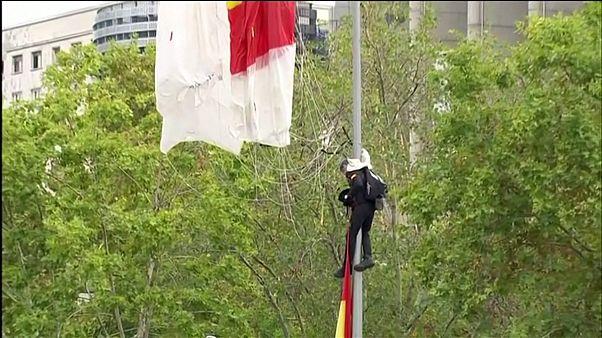 Spanien: Fallschirmspringer bleibt an Laternenpfahl hängen