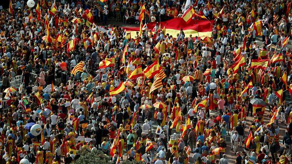شاهد: قبيل صدور أحكام قاسية على قادة كتالونيا مسيرة ضخمة في برشلونة تؤكد على الوحدة مع إسبانيا