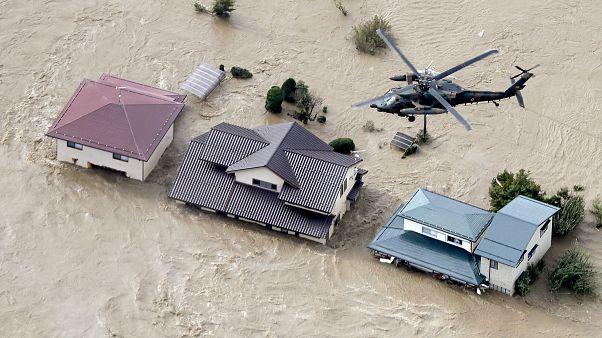طائرة هليكوبتر تحلق فوق منطقة سكنية متضررة من إعصار هاغيبيس في اليابان 13 أكتوبر 2019