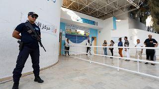 رجل أمن يحرس مركز اقتراع في تونس في الجولة الثانية من انتخابات الرئاسة بين قيس سعيد ونبيل القروي. 13/أكتوبر/2019