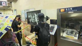 Χονγκ Κονγκ: Βόμβες μολότοφ και δακρυγόνα στο μετρό